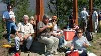 40 personnes en pique-nique aux trois Croix, avant la grande fête du soir autour de B.C pour ses 60 printemps.
